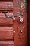 Διακοσμητική εκλεκτής ποιότητας λαβή πορτών σιδήρου στην ξύλινη πόρτα Στοκ Φωτογραφία