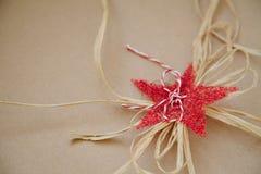Διακοσμητική εορταστική διακόσμηση - κόκκινα σπιτικά αστέρι και σχοινί Κενό διάστημα για το κείμενο στοκ φωτογραφία με δικαίωμα ελεύθερης χρήσης