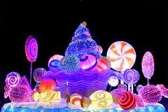 Διακοσμητική επίδειξη φω'των χειμερινών Χριστουγέννων ενός φραγμού καραμελών στοκ εικόνα με δικαίωμα ελεύθερης χρήσης