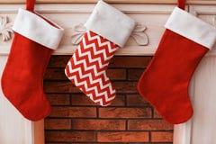 Διακοσμητική εστία με τις γυναικείες κάλτσες Χριστουγέννων στο εσωτερικό Στοκ φωτογραφία με δικαίωμα ελεύθερης χρήσης