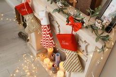 Διακοσμητική εστία με τις γυναικείες κάλτσες Χριστουγέννων Στοκ Φωτογραφία