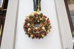 Διακοσμητική διακόσμηση Χριστουγέννων στις πόρτες των κώνων και των παιχνιδιών πεύκων Στοκ Φωτογραφία
