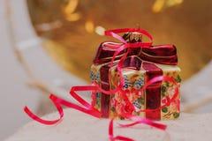 Διακοσμητική διακόσμηση Χριστουγέννων υπό μορφή κιβωτίου δώρων με το κόκκινο τόξο Θέση για το κείμενό σας Στοκ Φωτογραφία