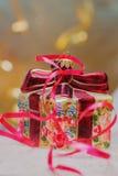 Διακοσμητική διακόσμηση Χριστουγέννων υπό μορφή πεδίου δώρων με το κόκκινο τόξο, θέση για το κείμενό σας Στοκ φωτογραφία με δικαίωμα ελεύθερης χρήσης