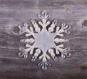 Διακοσμητική διακόσμηση Χριστουγέννων - Snowflake στο ξύλινο υπόβαθρο Στοκ Εικόνες