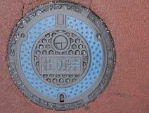 Διακοσμητική κάλυψη καταπακτών με τον μπλε κύκλο και το ρόδινο υπόβαθρο στοκ φωτογραφίες