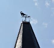 Διακοσμητική καιρικό vane Α γάτα και ένα ποντίκι σε μια ακίδα πύργων ενάντια στον ουρανό Στοκ εικόνα με δικαίωμα ελεύθερης χρήσης