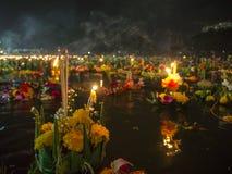 Διακοσμητική κινηματογράφηση σε πρώτο πλάνο επιπλεόντων σωμάτων σε Loy Krathong Στοκ Φωτογραφίες