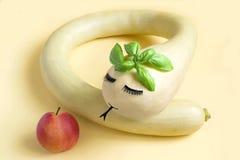 Διακοσμητική κολοκύθα υπό μορφή φιδιού και μήλου στοκ φωτογραφίες