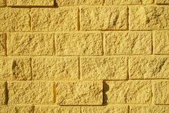 Διακοσμητική μίμηση του ανοικτό κίτρινο χρώματος πλινθοδομής - ο τοίχος του σπιτιού r στοκ φωτογραφία με δικαίωμα ελεύθερης χρήσης