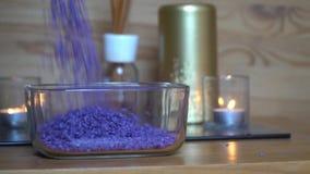 Διακοσμητική μπλε σε αργή κίνηση πτώση χαλικιών κάτω στο πιάτο γυαλιού φιλμ μικρού μήκους