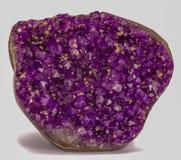 Διακοσμητική πέτρα αμεθύστινου κρυστάλλου στο ασημένιο υπόβαθρο χρώματος στοκ εικόνες