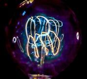 Διακοσμητική παλαιά λάμπα φωτός ύφους του Edison στο μαύρο υπόβαθρο Στοκ φωτογραφία με δικαίωμα ελεύθερης χρήσης