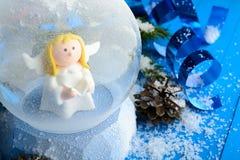 Διακοσμητική σφαίρα χιονιού με τα στολισμούς Χριστουγέννων στοκ εικόνες