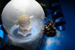 Διακοσμητική σφαίρα χιονιού με τα στολισμούς Χριστουγέννων στοκ φωτογραφία με δικαίωμα ελεύθερης χρήσης