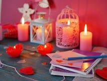 Διακοσμητική σύνθεση ημέρας βαλεντίνου του καψίματος των κεριών υπό μορφή τριαντάφυλλων, διακοσμητικά φανάρια με το κάψιμο των κε στοκ εικόνες με δικαίωμα ελεύθερης χρήσης