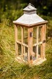 Διακοσμητική σύνθεση με το εκλεκτής ποιότητας ξύλινο φανάρι Στοκ Εικόνες