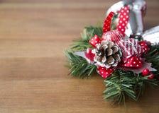 Διακοσμητική σύνθεση Χριστουγέννων διακοπών στο ξύλινο υπόβαθρο στοκ φωτογραφία με δικαίωμα ελεύθερης χρήσης