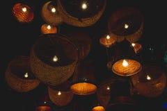 Διακοσμητικοί λαμπτήρες του ύφους ντεκόρ καλαθοπλεχτικής στο φως νύχτας στοκ εικόνα