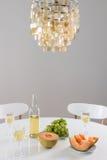 Διακοσμητικοί πολυέλαιος και πίνακας που θέτουν με το κρασί Στοκ εικόνες με δικαίωμα ελεύθερης χρήσης