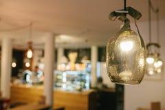 Διακοσμητικοί σύγχρονοι λαμπτήρες σε έναν καφέ Εκλεκτική εστίαση Στοκ εικόνα με δικαίωμα ελεύθερης χρήσης