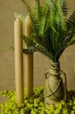 Διακοσμητικός λαμπτήρας με τις φτέρες και την πράσινη πέτρα και τη τοπ άποψη δύο κεριών Στοκ φωτογραφία με δικαίωμα ελεύθερης χρήσης