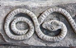 Διακοσμητικός γκρίζος τοίχος πετρών με την κινηματογράφηση σε πρώτο πλάνο συμβόλων και hieroglyphs Στοκ εικόνα με δικαίωμα ελεύθερης χρήσης