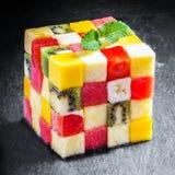 Διακοσμητικός κύβος των χωρισμένων σε τετράγωνα φρέσκων θερινών φρούτων στοκ φωτογραφία