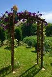 Διακοσμητικός ξύλινος φράκτης για τα λουλούδια  κούκλα κήπου στοκ εικόνες