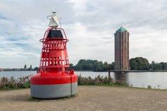 Διακοσμητικός πύργος σημαντήρων και νερού κοντά στην ολλανδική λίμνη Στοκ Εικόνες
