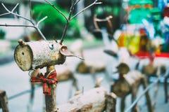 Διακοσμητικός τάρανδος Santa φιαγμένος από ξύλινους κούτσουρα και κλάδους Έννοια Χριστουγέννων Στοκ φωτογραφίες με δικαίωμα ελεύθερης χρήσης
