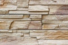 Διακοσμητικός τοίχος από ένα λουστραρισμένο με λάκκα σχισμένο τούβλο πετρών ως backgro Στοκ Εικόνες