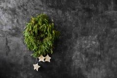 Διακοσμητικό αγροτικό πλαίσιο Χριστουγέννων με τους κομψούς κλαδίσκους στο σκοτεινό υπόβαθρο στοκ εικόνες