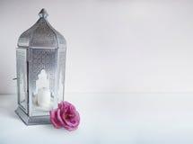 Διακοσμητικό ασημένιο αραβικό φανάρι με το ροδαλό λουλούδι στον πίνακα Ευχετήρια κάρτα, πρόσκληση για μουσουλμανικό κοινοτικό ιερ Στοκ φωτογραφία με δικαίωμα ελεύθερης χρήσης