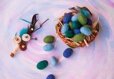 Διακοσμητικό αυγό Πάσχας με τα εσωτερικά και μάλλινα αυγά μωρών στο καλάθι Στοκ εικόνες με δικαίωμα ελεύθερης χρήσης