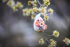 Διακοσμητικό αυγό Πάσχας jn το δέντρο Στοκ φωτογραφία με δικαίωμα ελεύθερης χρήσης