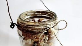 Διακοσμητικό βάζο γυαλιού με τα θαλασσινά κοχύλια Στοκ εικόνα με δικαίωμα ελεύθερης χρήσης