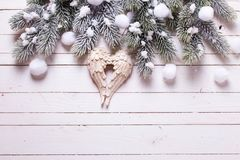 Διακοσμητικό δέντρο γουνών φτερών και κλάδων αγγέλου στο άσπρο ξύλινο BA Στοκ φωτογραφίες με δικαίωμα ελεύθερης χρήσης