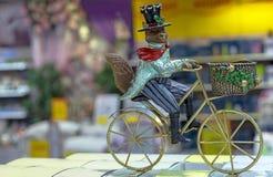 Διακοσμητικό ειδώλιο μιας αλεπούς σε ένα καπέλο με το ποδήλατο σε ένα εσωτερικό του καταστήματος δώρων στοκ φωτογραφίες με δικαίωμα ελεύθερης χρήσης
