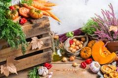 Διακοσμητικό εορταστικό υπόβαθρο ημέρας των ευχαριστιών φθινοπώρου πτώσης με τα λαχανικά Στοκ Φωτογραφίες