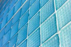 Διακοσμητικό και στιλπνό παράθυρο φραγμών γυαλιού στο μπλε ως σύσταση ή για το υπόβαθρο ανασκόπηση γεωμετρική Στοκ Εικόνες