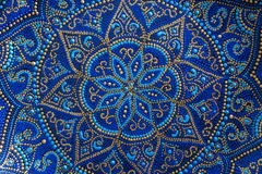 Διακοσμητικό κεραμικό πιάτο με τα μπλε και χρυσά χρώματα, χρωματισμένα πιάτα, κινηματογράφηση σε πρώτο πλάνο Διακοσμητικό πιάτο π στοκ εικόνες