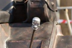 Διακοσμητικό κεφάλι σκελετών handbrake ενός οχήματος συνήθειας στοκ εικόνες