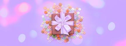 Διακοσμητικό κιβώτιο δώρων εμβλημάτων με ένα χρωματισμένο υπόβαθρο Στοκ φωτογραφίες με δικαίωμα ελεύθερης χρήσης