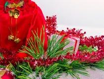 Διακοσμητικό κιβώτιο Χριστουγέννων με το άσπρο υπόβαθρο στοκ εικόνες