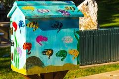 Διακοσμητικό κιβώτιο Birdhouse στο δημόσιο πάρκο με Handprint των παιδιών στοκ εικόνα με δικαίωμα ελεύθερης χρήσης