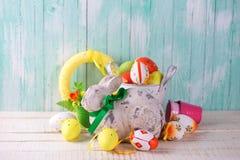 Διακοσμητικό κουνέλι Πάσχας, ζωηρόχρωμα αυγά Στοκ Εικόνες