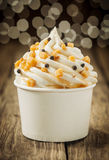 Διακοσμητικό κρεμώδες παγωτό βανίλιας κομμάτων Στοκ φωτογραφία με δικαίωμα ελεύθερης χρήσης