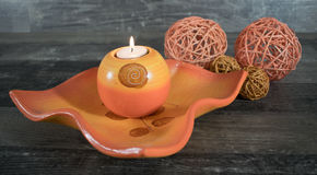 Διακοσμητικό κύπελλο με το κερί και τις υφαμένες σφαίρες Στοκ Εικόνες