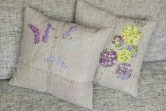 Διακοσμητικό μαξιλάρι φιαγμένο από ύφασμα λινού με τη ζωηρόχρωμη - κίτρινος, ιώδης, πράσινος, ανοικτό μπλε - κεντητική Στοκ Φωτογραφία